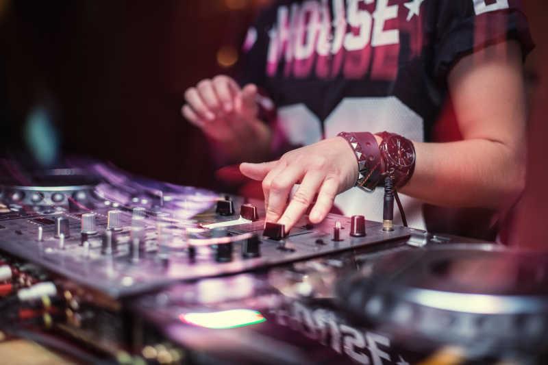 音乐会上的DJ师