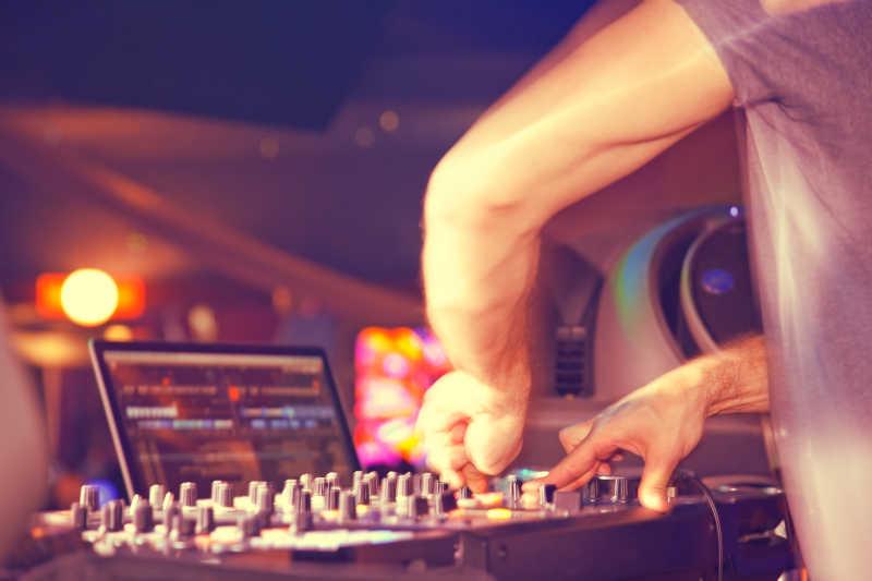 音乐会里调节设备的DJ师