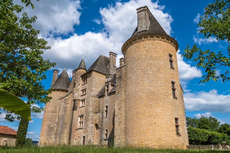 仰视下的城堡建筑