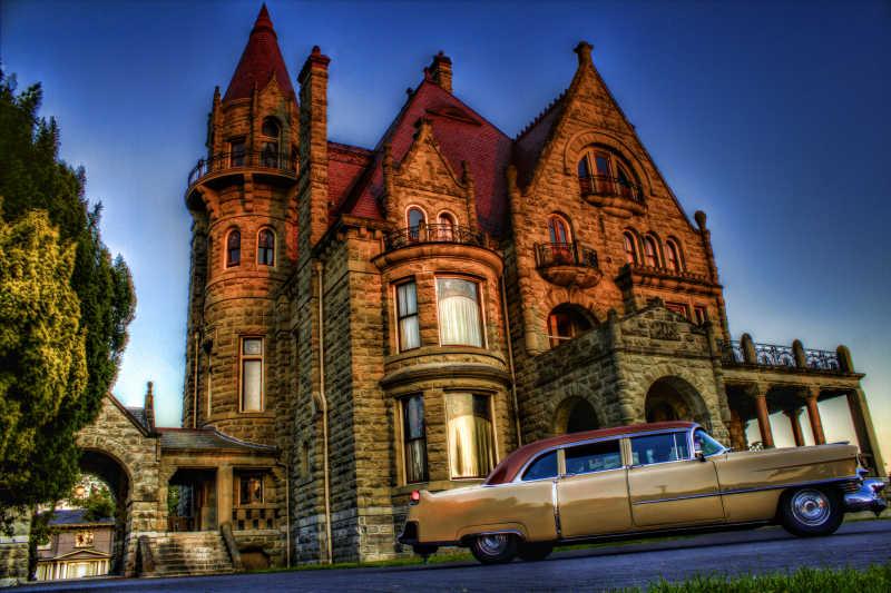 汽车旁的古老城堡建筑