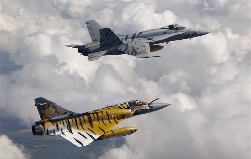 天空中的两架战斗机