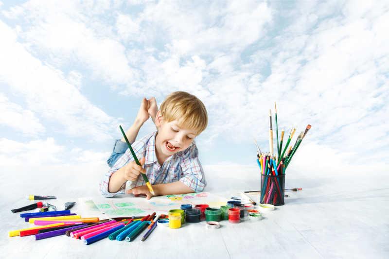 绘画的小学生