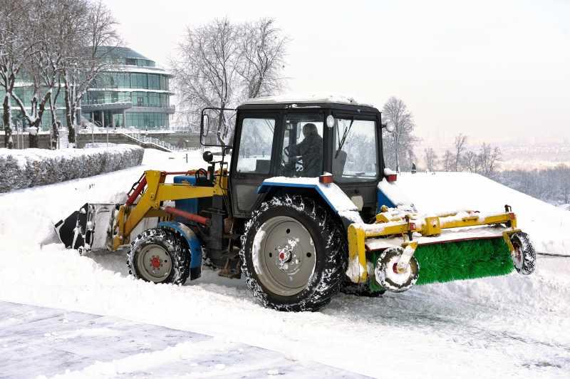 道路清雪的拖拉机