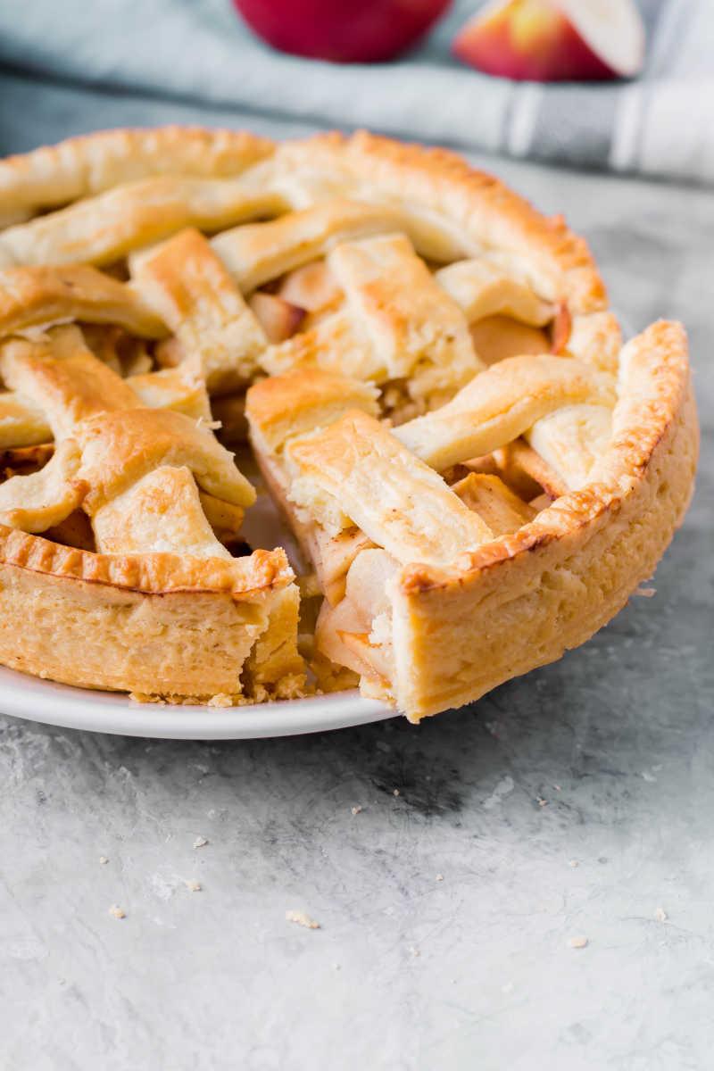 盘子里的苹果饼