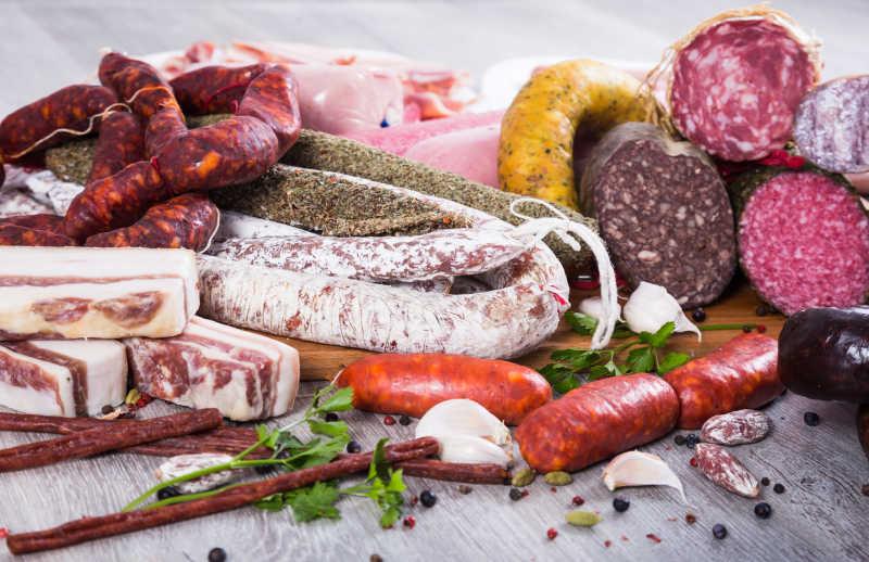 桌子上的各种香肠和鲜肉