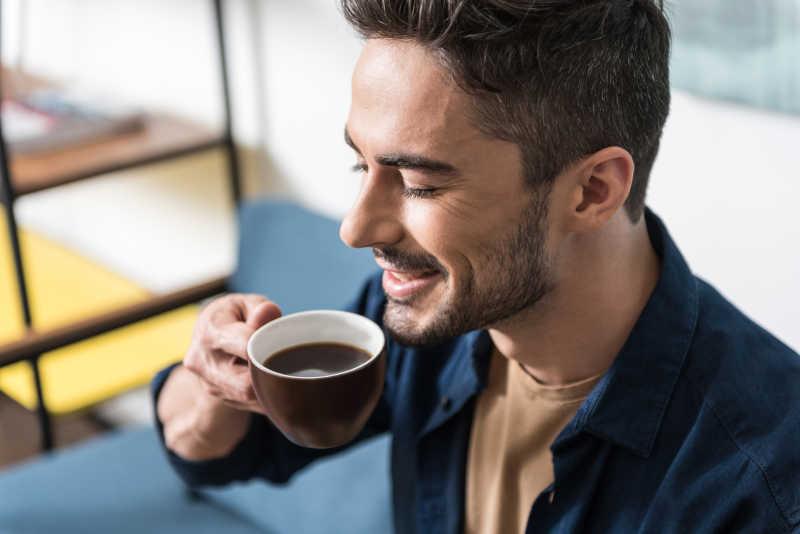 开心的男人准备喝咖啡