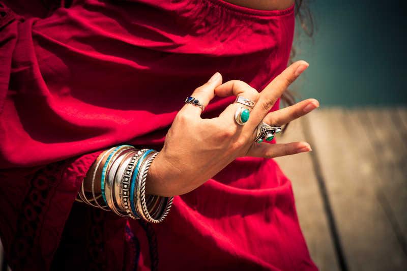 红衣服女人的手