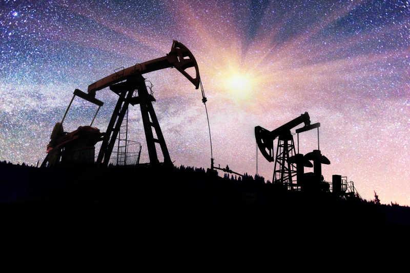 漫天星光下的石油井