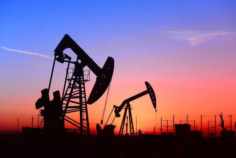日落下的石油井