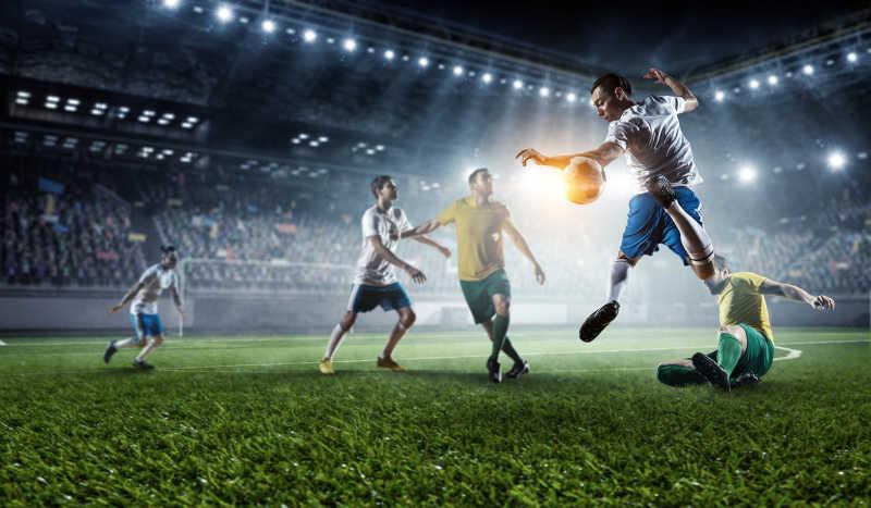 足球运动员在球场上比赛