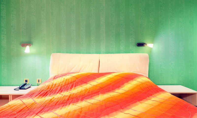 酒店客房内部绿色的墙纸和红色的窗垫