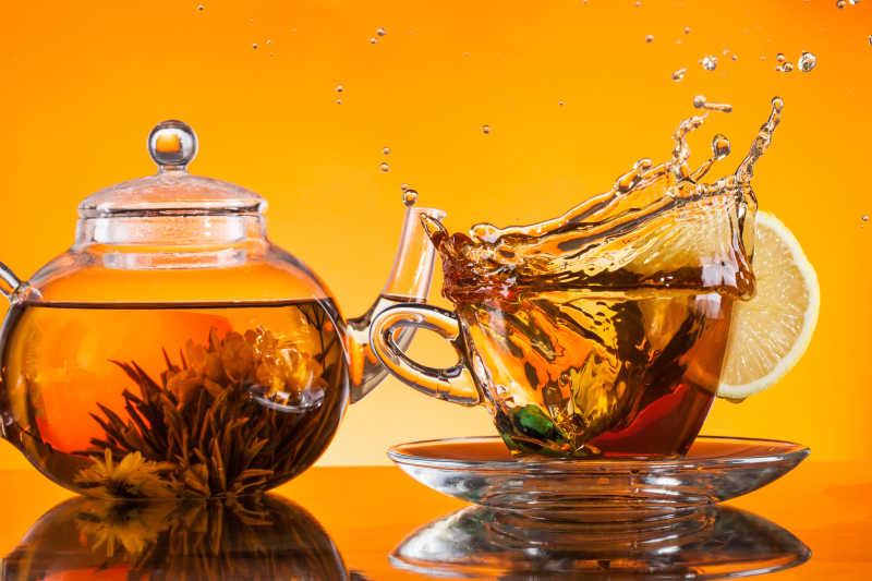 橘色背景下的茶和茶具