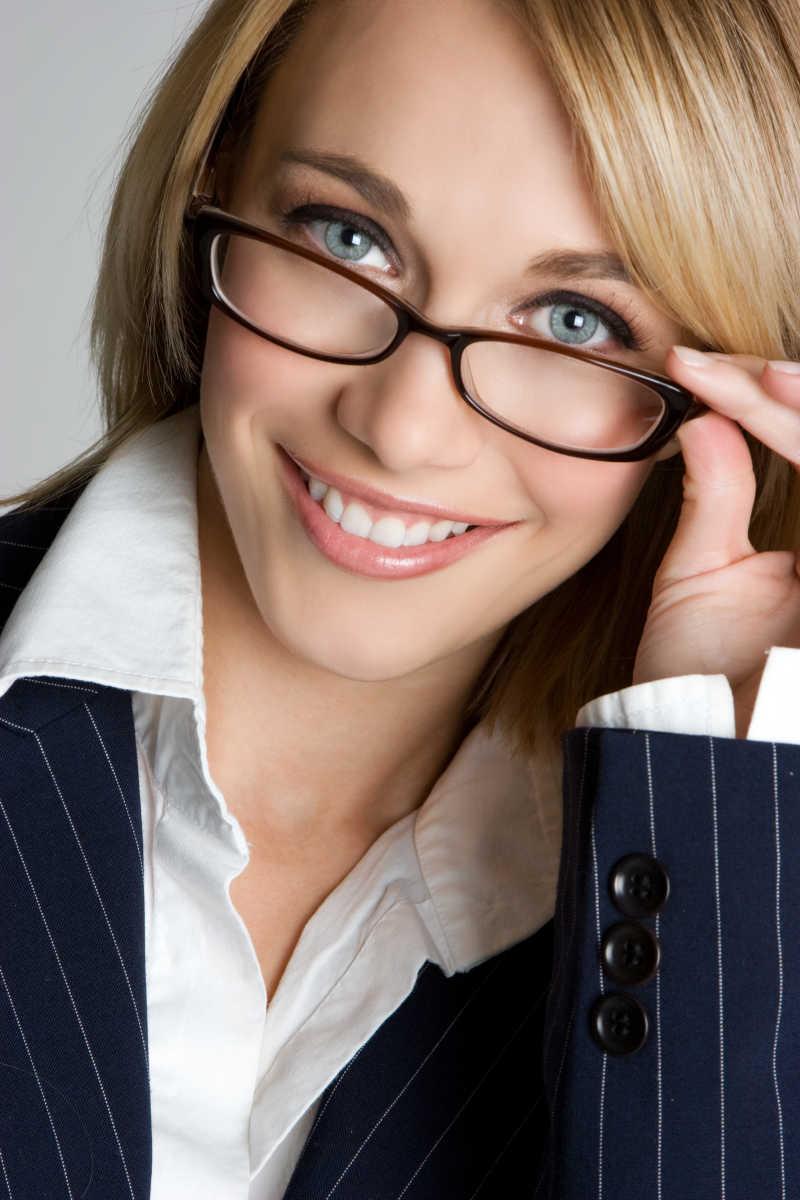戴眼镜的美女商人