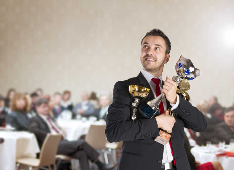 成功人士在颁奖会上所得的奖杯