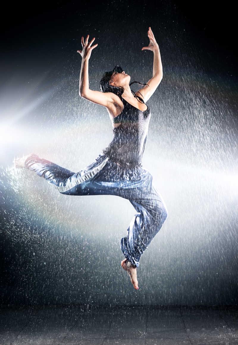 年轻美丽的年轻现代舞舞者和飞溅的水