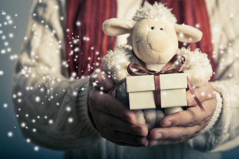 圣诞节的小魔术礼盒和柔软的玩具