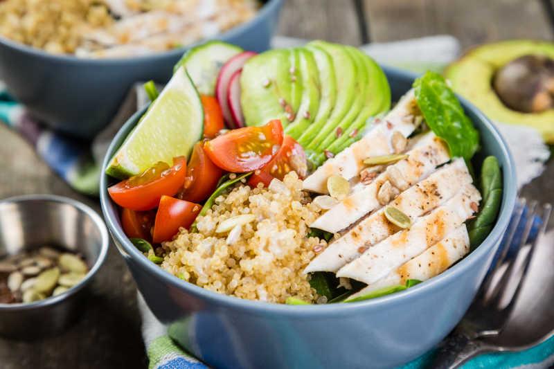 蓝色碗里的新鲜健康蔬菜沙拉和米饭