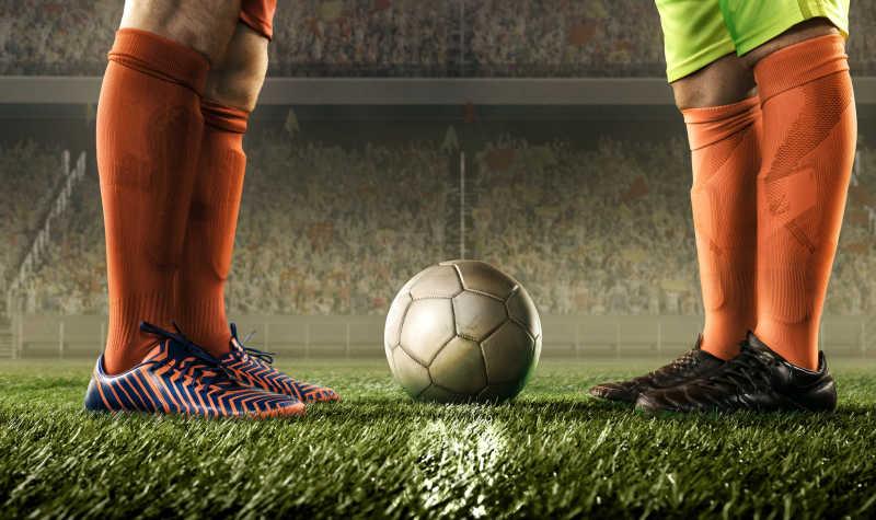 比赛前的足球运动员脚和中间的球