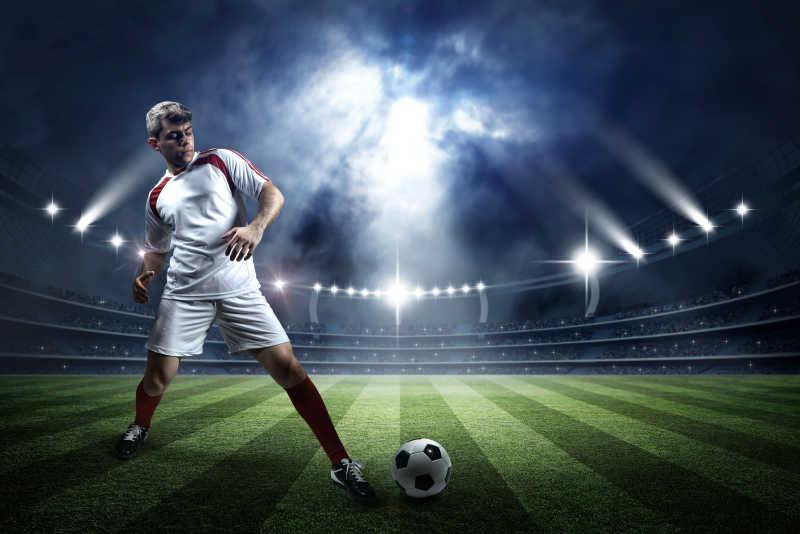 足球场和足球运动员踢球