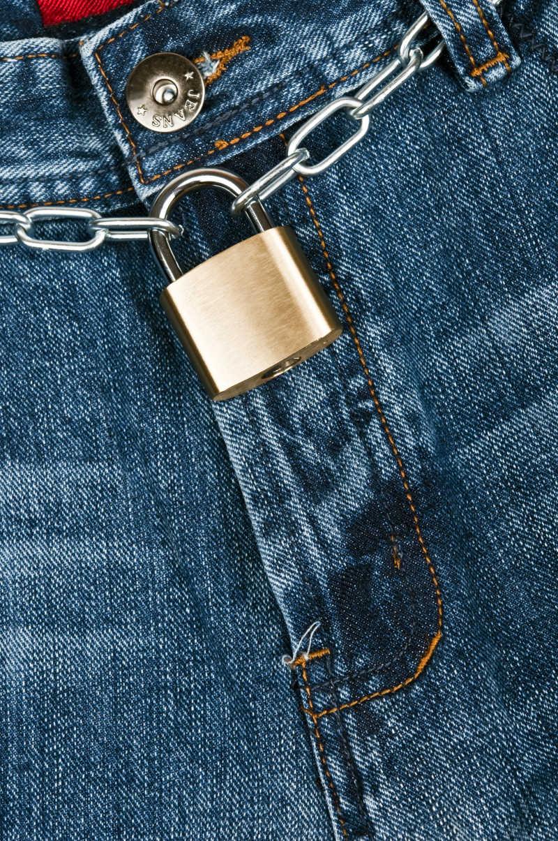 蓝色上锁的牛仔裤