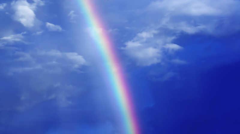 蓝色白云中的彩虹景色