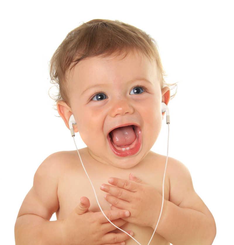 用耳机听音乐的婴儿