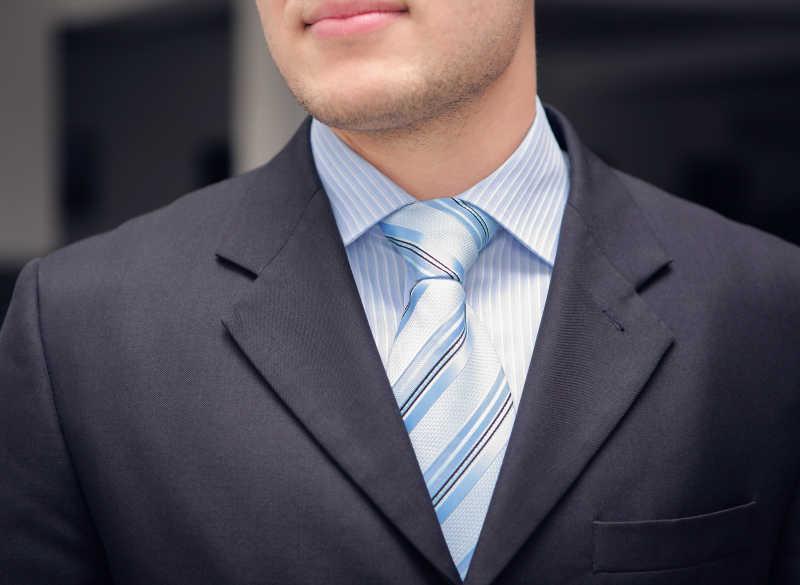 灰色西服搭配蓝色条纹领带