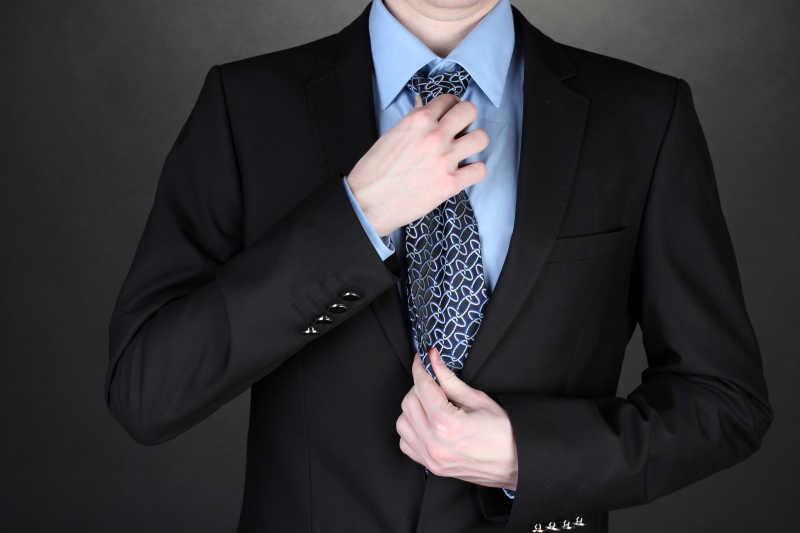 黑色西服的穿衣搭配