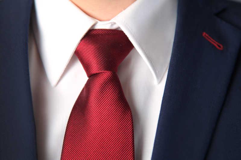 蓝色西装与红色领带的搭配