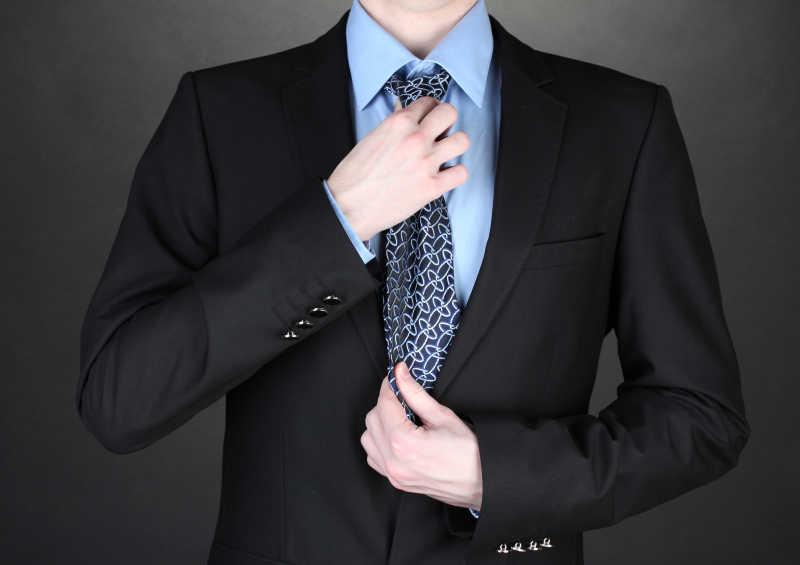 黑色西服搭配深蓝条纹领带