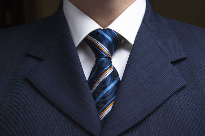蓝色西服搭配蓝色条纹领带