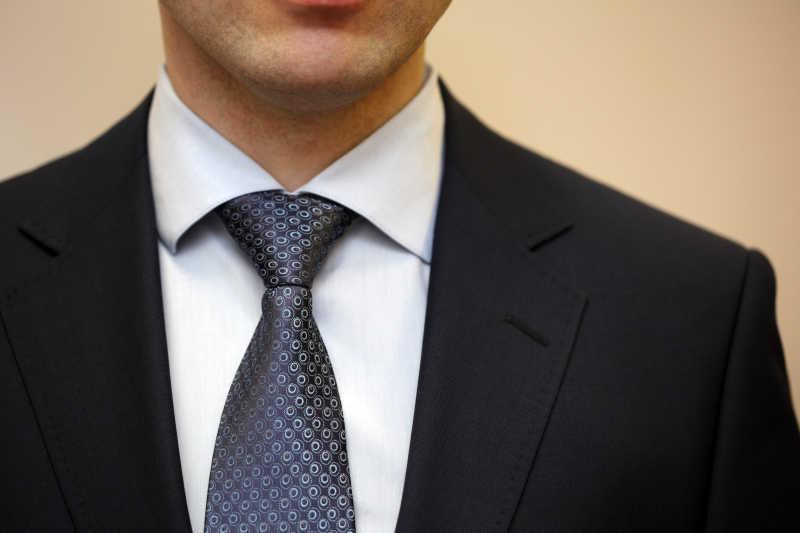深蓝色点状领带搭配黑色西服