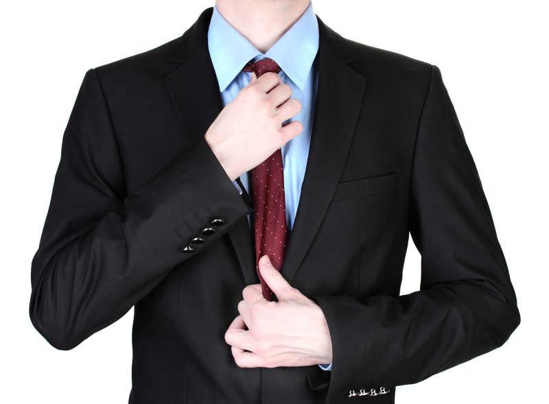 正在矫正领带的职场青年