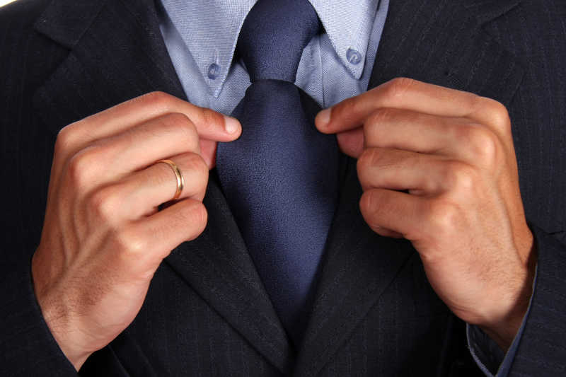 黑色西服搭配深蓝色领带