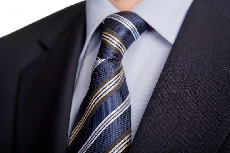 蓝色条纹领带搭配黑色西服细节展示