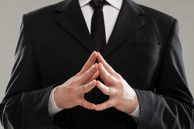 黑色西服搭配黑色领带