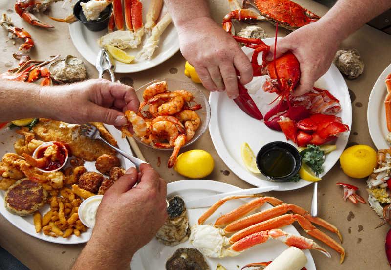 人们在享用海鲜晚餐