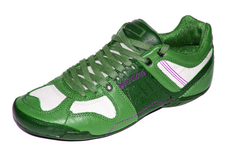 白色背景下的绿色步行运动鞋