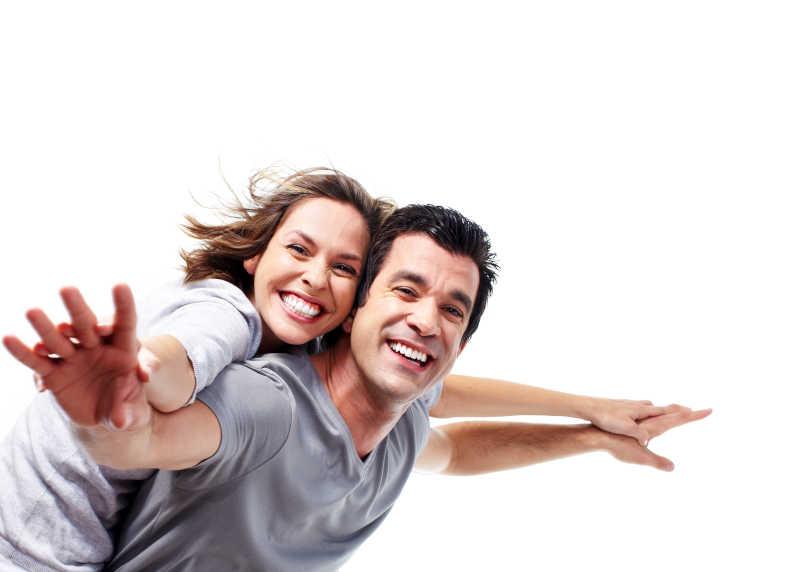 满脸洋溢着幸福的夫妻