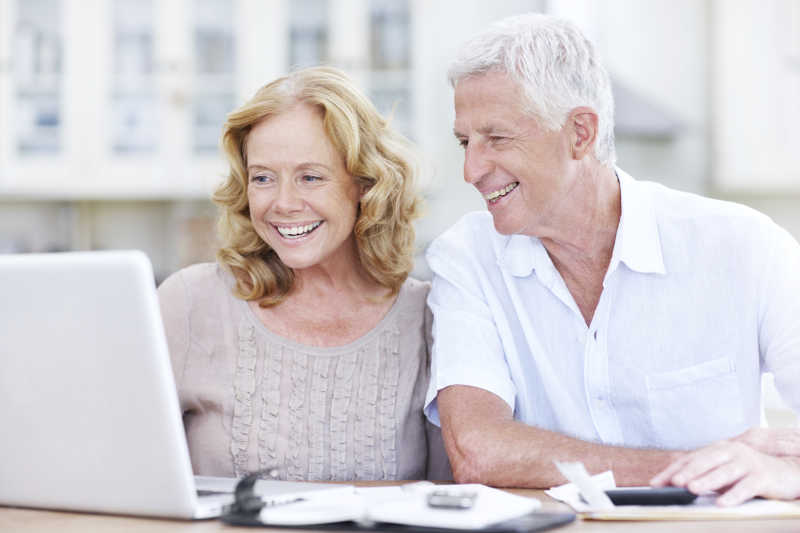 开心看着电脑的老夫妇