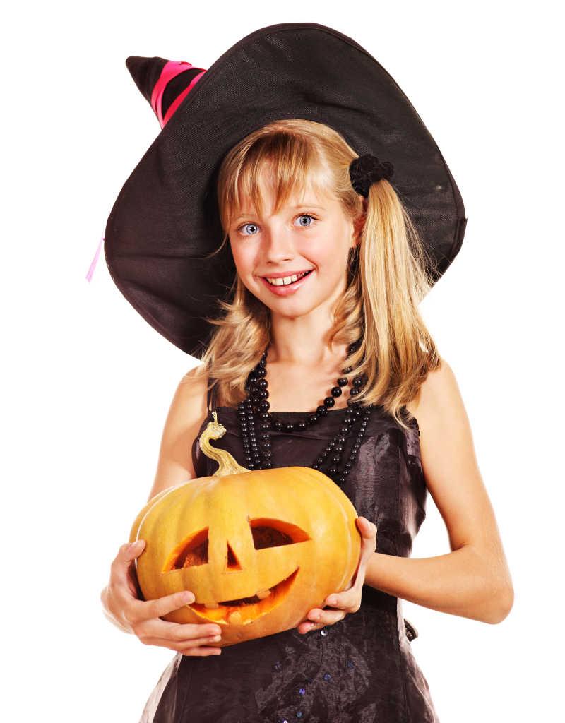 万圣节装扮的小女孩抱着南瓜灯