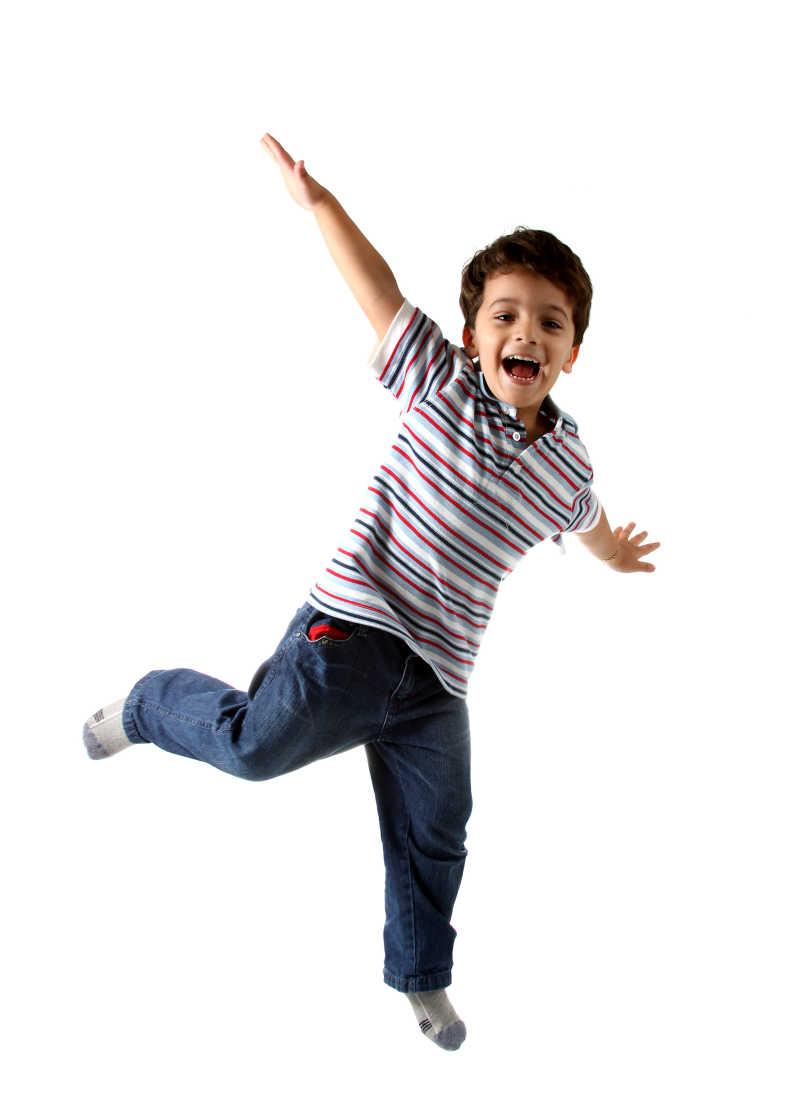 一个穿着牛仔裤的孩子在白色背景下玩耍