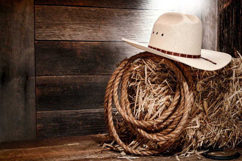 美国西部牛仔的帽子和传统牧场绳