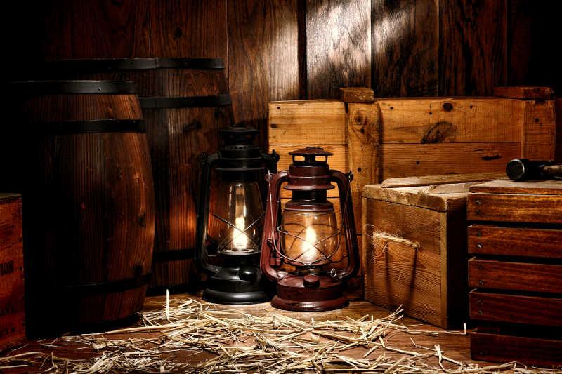 旧式煤油灯和库房老式木箱容器