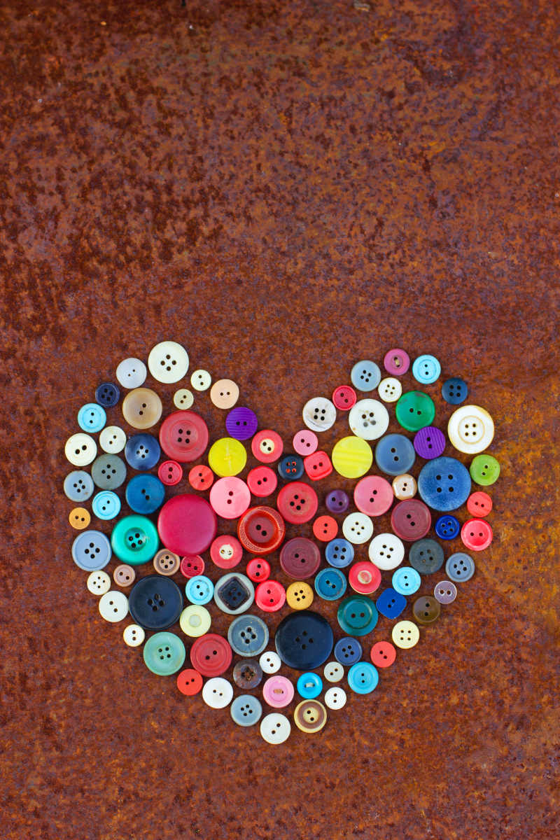 情人节下的古老的生锈桌上的老式纽扣