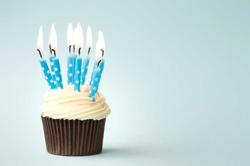 插有蓝色蜡烛的小蛋糕