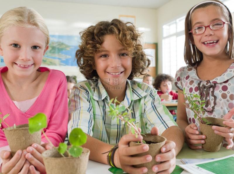 可爱学生们手里拿着盆栽植物