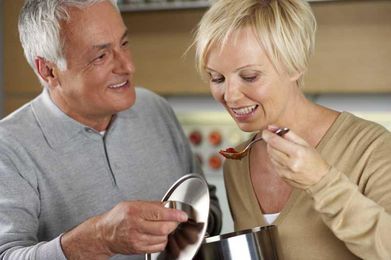 金发女郎正在品尝丈夫做的草莓酱