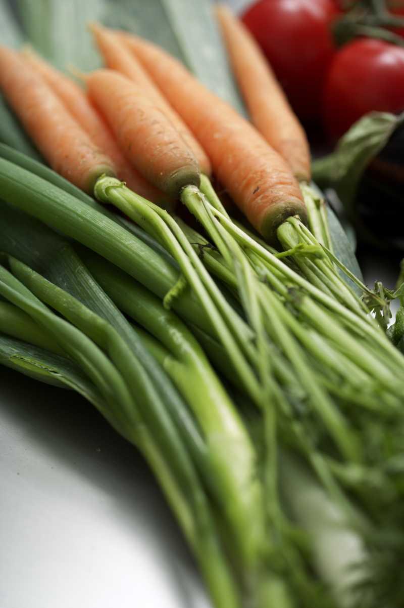 餐桌上的绿色蔬菜