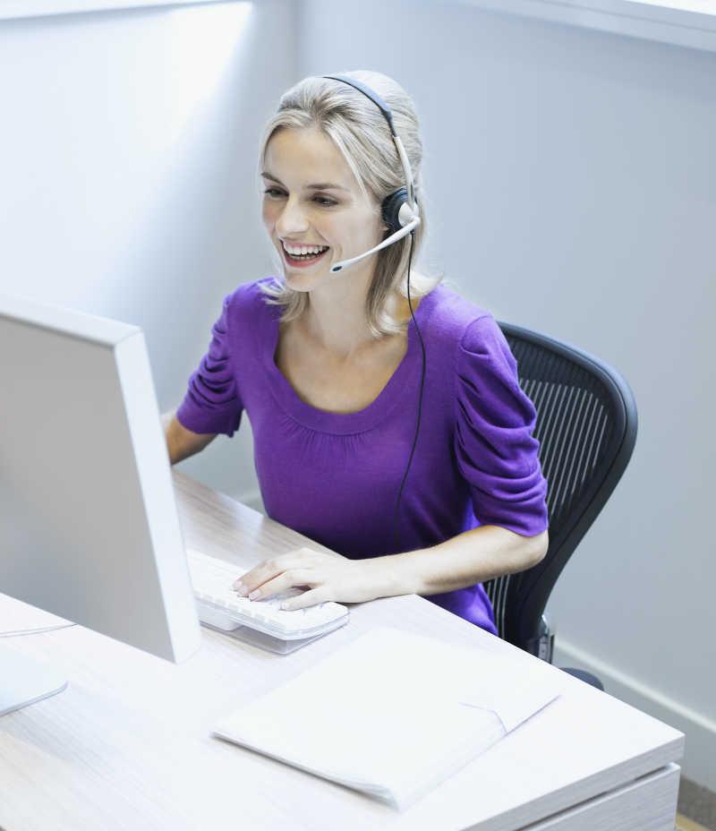 用笔记本电脑工作的女商人
